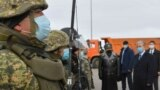Президент Казахстана Касым-Жомарт Токаев (справа) на одном из блокпостов на въезде в Нур-Султан после закрытия города на карантин. 19 марта 2020 года.