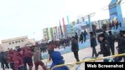 Полицейские и люди в рабочих спецовках на площади в Жанаозене. 16 декабря 2011 года. Скриншот с видеопартала Стан.кз.