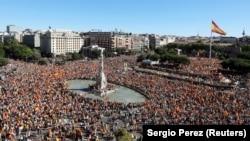 Учесници во протести за обедината Шпанија во Мадрид. 07.10.2017