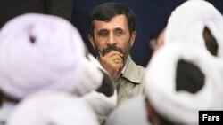 محمود احمدی نژاد، ریيس جمهوری اسلامی ايران، امروز جمعه، به شهر قم رفت تا با مراجع تقليد ديدار کند.