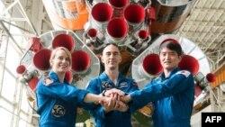 Американська астронавтка Кейт Рубінс, російський космонавт Анатолій Іванишин та японський космонавт Такуя Онісі (зліва направо)