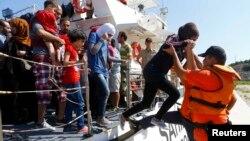 İzmir limanında Türkiyə sərhədçisi qaçqınlara kömək edir