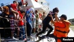 Pripadnik Turske obalske straže pomaže izbjeglici iz Sirije