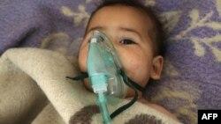 Лікарі борються за життя дитини після газової атаки в місті Хан-Шейхун, Сирія, 4 квітня 2017 року
