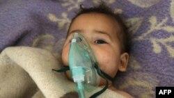 Сирійська дитина отримує медичну допомогу після атаки, в якій, як стверджується, було застосовано хімічну зброю. Хан Шейхун, 4 квітня 2017 року