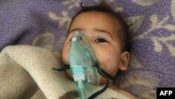 Një fëmijë sirian duke marrë trajtim mjekësor pas sulmit të dyshuar kimik në Khan Sheikhun