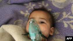 Një fëmijë sirian duke marrë trajtim mjekësor pas sulmit të dyshuar kimik në Khan Sheikhoun