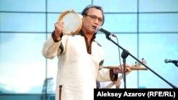 Музыкант казахстанской группы «Роксонаки» выступает на фестивале этнической музыки. Алматы, 7 июня 2014 года.