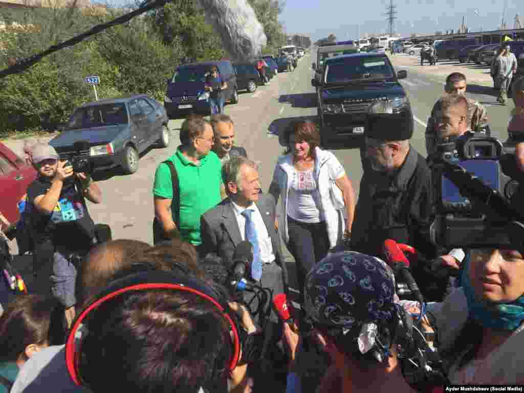 На место проведения акции приехал уполномоченный президента Украины по делам крымско-татарского народа Мустафа Джемилев.