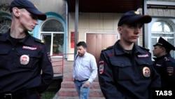 Леонид Волков, глава штаба оппозиции в Новосибирске, в окружении полиции