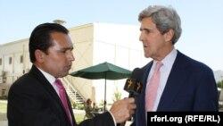Джон Керри дает интервью главе кабульского бюро афганской службы нашей радиостанции Рахимулле Самандару
