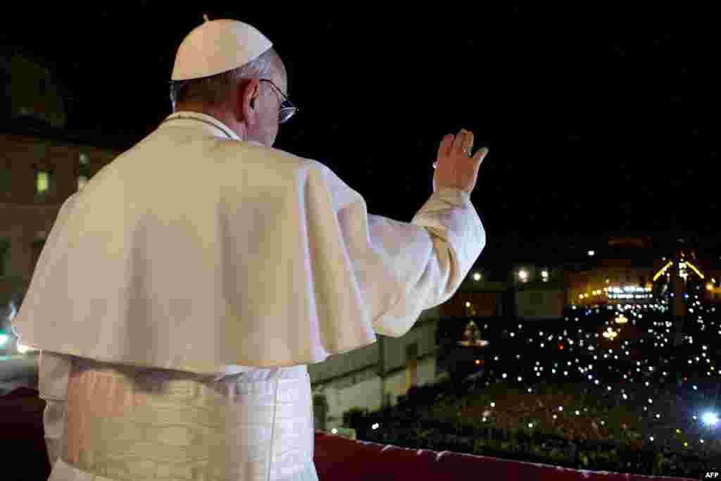 Папа Франциск в первый раз появляется перед верующими на центральном балконе базилики Святого Петра