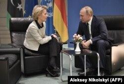 Președintele Comisiei Europene, Ursula von der Leyen, alături de președintele Rusiei, Vladimir Putin.