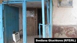 Вход в бывшее железнодорожное общежитие, где надстроили мансарды. Астана, май 2013 года.