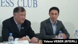 Ученый Нурлан Дулатбеков и актер Дулыга Акмолда в ходе пресс-конференции. Караганда, 25 ноября 2016 года.