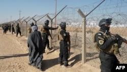 نیروهای ویژه عراقی در بیرون از اردوگاه اشرف