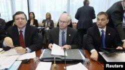 Глава Еврокомиссии Жозе Мануэл Баррозу, председатель Европейского Совета Херман ван Ромпей и премьер-министр Венгрии Виктор Орбан (слева направо)