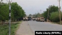 Кундузға барар жолды жауып тұрған үкімет әскері техникалары. Ауғанстан, 7 мамыр 2017 жыл.