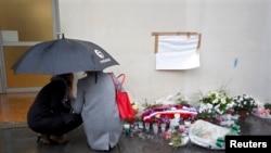 """Cvijeće ispred zgrade nekadašnjeg uredništva lista """"Charlie Hebdo"""", 7. siječnja 2016."""