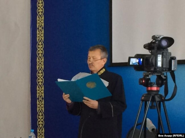 Судья военного суда Актюбинского гарнизона Бекболат Тажимукан объявляет приговор, рядом стоит телекамера. Иллюстративное фото.