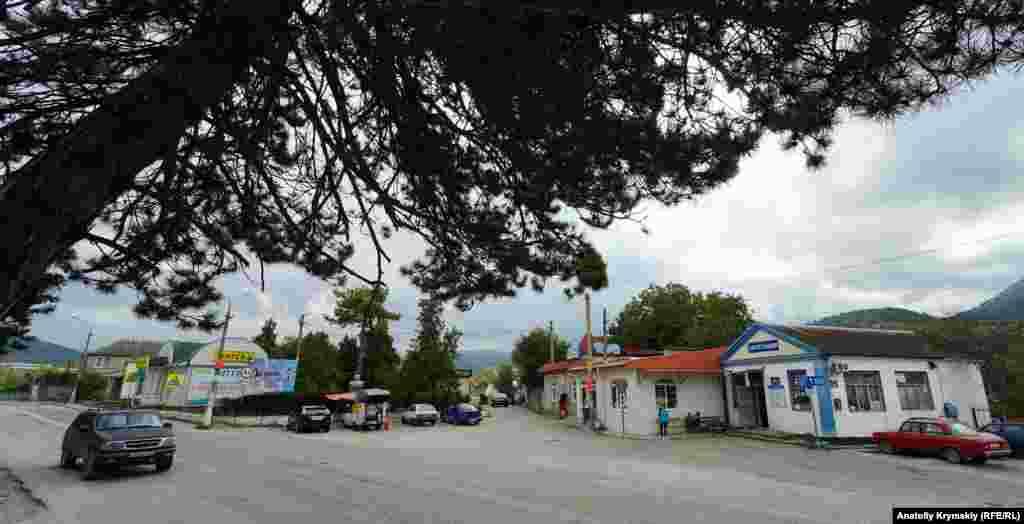 Центр поселка пересекает автодорога Ялта-Бахчисарай