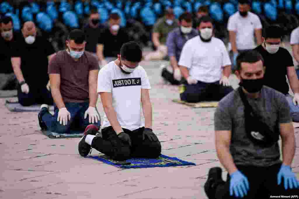Kosovar Muslim believers pray on Skanderbeg Square in Pristina. (AFP/Amend Nihani)