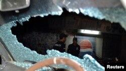 پولیس په ډزو د ویشتل شوي ګاډي کتنه کوي چې نامالومه وسلوالو پرې برید وکړ. ۱۵م جولايي ۲۰۱۳م کال