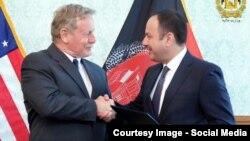 اکلیل حکیمی وزیر مالیه افغانستان با هربرت سمیت رئیس اداره انکشاف بینالمللی ایالات متحده امریکا در جریان امضای تفاهمنامه