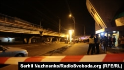 Вчора ввечері обвалилась частина шляхопроводу на Шулявці, рух по мосту обмежили