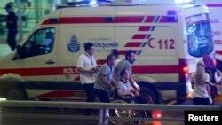 Медики в аеропорту Стамбула, 28 червня 2016 року