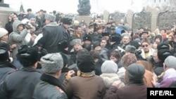 Республика алаңындағы шерушілер мен полиция. Алматы, 16 желтоқсан, 2008 жыл