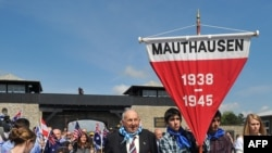 9 мая 2010 года в Маутхаузене прошла траурная церемония, на которой молодые люди стояли плечом к плечу с бывшими узниками концлагеря и теми, кто их освобождал в мае 1945-го