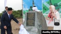 Рөстәм Миңнеханов мәчет төзеләсе урында истәлек ташын ачу тантанасында. 30 июнь 2012