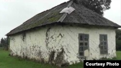 Kənd kitabxanasının yerləşdiyi binanın yarım əsrdən çox yaşı var.