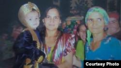 Фото Сурайё Сафаровой, ее сына Машраба с матерью Курбоной Джураевой