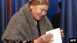 Ташкенттеги шайлоо пунктуна келген аял. Өзбекстан.