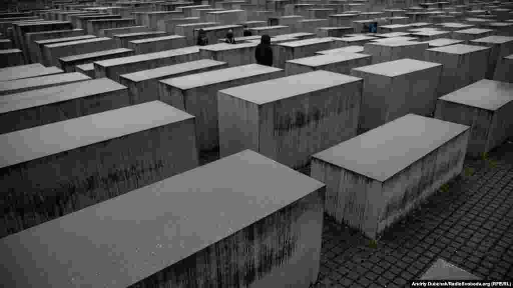 Меморіал пам'яті убитих євреїв Європи. Він розташований в центрі Берліну між Бранденбурзькими воротами, елементами бункера колишнього керівництва нацистської Німеччини і місцем, де проходив Берлінський мур. Це величезне поле із понад 2700 сірих плит