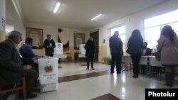 Один из избирателбых участков на внеочередных парламентских выборах в Армении, 9 декабря 2018 г.