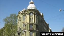Один из дореволюционных питерских домов на улице Ленина