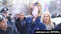 Կապանում այրում են Զարուհի Փոստանջյանի պատկերով խրտվիլակը, 16-ը դեկտեմբերի, 2015թ․