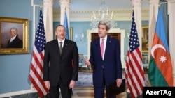ABŞ-nyň döwlet sekretary John Kerri (s) we Azerbaýjanyň prezidenti Ilham Aliýew (ç), Waşington, 31-nji mart, 2016