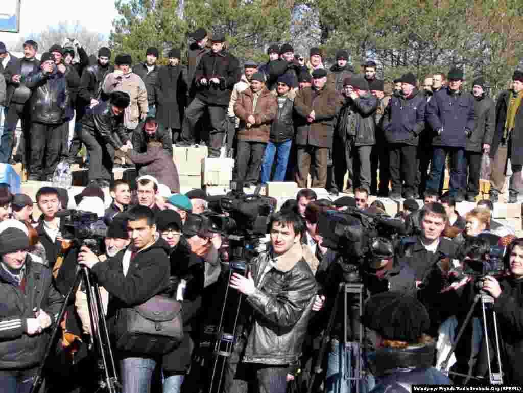 На урочистості прийшли десятки журналістів і сотні кримчан