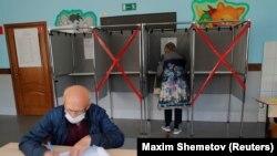 Emberek szavazás közben a helyhatósági választásokon a szibériai Tomszk városában, Oroszországban, 2020. szeptember 12-én.