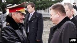 Фото 2013 року: міністр оборони України Павло Лебедєв (п) у Севастополі вітає свого колегу з Росії Сергія Шойгу (л)