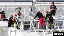Zjarrfikësit në anijen Kosta Konkordia