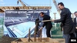Премиерот Никола Груевски присуствуваше на поставувањето камен-темелник на спортскиот центар Јане Сандански во скопската населба Аеродром.