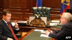 Russian President Dmitry Medvedev (left) speaks with ombudsman Vladimir Lukin.