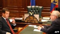 Russian President Dmitry Medvedev (left) speaks with ombudsman Vladimir Lukin.