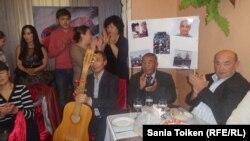 Участники творческого вечера в поддержку гражданских активистов Макса Бокаева и Талгата Аяна. Атырау, 6 ноября 2016 года.