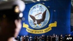 سرنشینان ناو هواپیمابر یواساس نیمیتز در نوامبر ۲۰۱۸ در بندر هنگکنگ مقابل پرچم آمریکا صف کشیدهاند